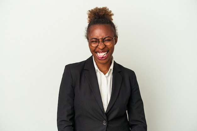 Giovane donna afroamericana di affari isolata su fondo bianco divertente e amichevole che attacca fuori la lingua.
