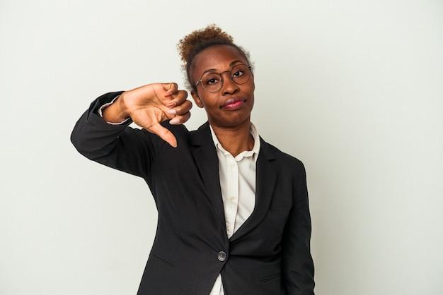 Giovane donna afroamericana di affari isolata su fondo bianco che mostra un gesto di antipatia, pollice in giù. concetto di disaccordo.