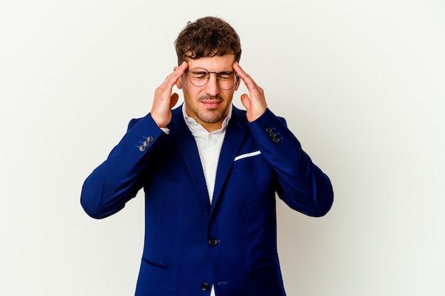 Uomo caucasico di giovani affari isolato sul muro bianco, toccando le tempie e avendo mal di testa