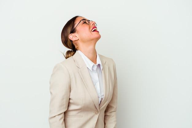 Giovane donna caucasica di affari isolata su priorità bassa bianca che ride rilassata e felice, collo allungato che mostra i denti.