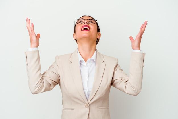 Giovane donna caucasica affari isolata su sfondo bianco urlando al cielo, guardando in alto, frustrato.