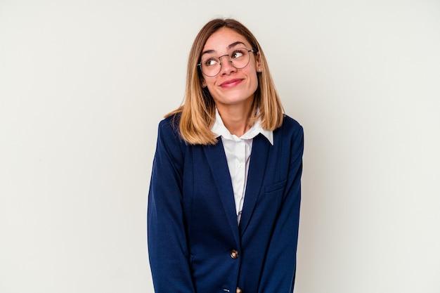 Donna caucasica di giovani affari isolata su bianco che sogna di raggiungere obiettivi e scopi