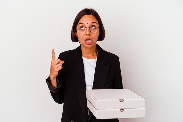 La donna indiana di affari di giovane azienda pizze isolato rivolto verso l'alto con la bocca aperta.