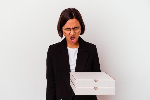 La donna indiana di affari di giovane azienda pizze isolate urlando molto arrabbiato e aggressivo.