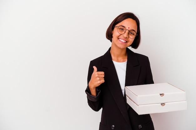 La donna indiana di affari di giovane azienda pizze isolate sorridendo e alzando il pollice