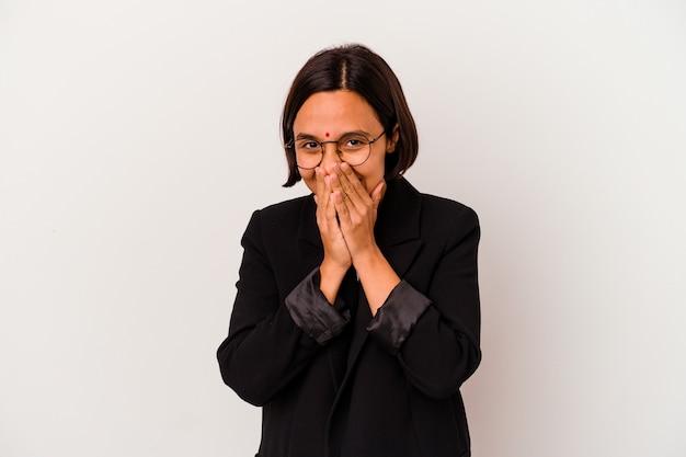 Young business donna indiana isolata su sfondo bianco ridendo di qualcosa, coprendo la bocca con le mani.