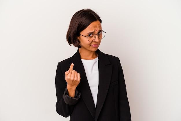 Giovane donna indiana di affari isolata su bianco che punta con il dito contro di voi come se invitando ad avvicinarsi.