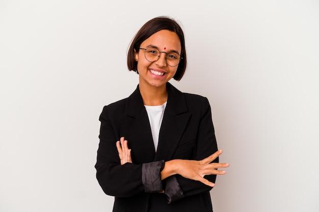 Giovane donna indiana di affari isolata su bianco che si sente sicura, incrociando le braccia con determinazione. Foto Premium