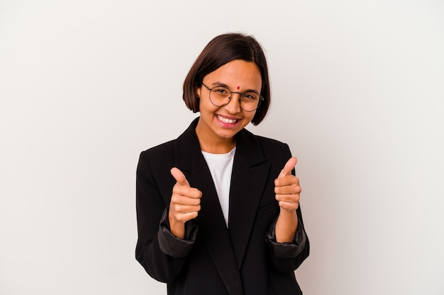 Giovane donna indiana di affari isolata su bianco con i pollici aumenta, applausi per qualcosa, supporto e concetto di rispetto.