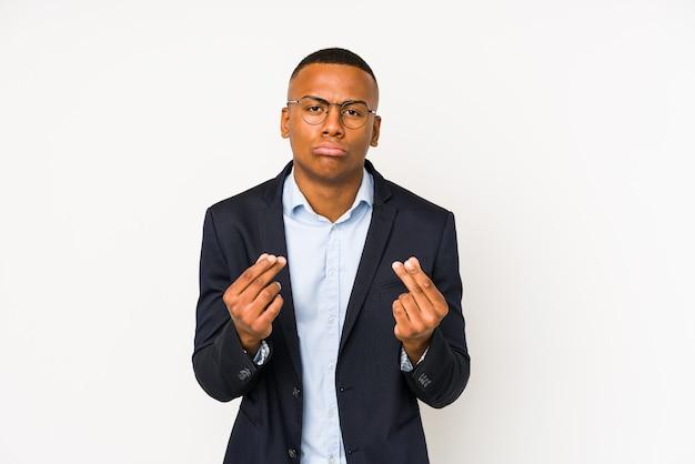 Uomo latino giovane affari isolato su sfondo bianco che mostra che non ha soldi.
