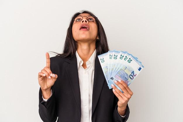 Young business donna latina azienda fatture isolate su sfondo bianco rivolto verso l'alto con la bocca aperta.