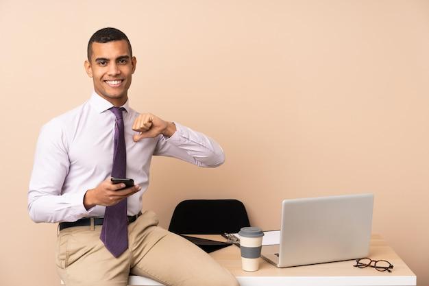 Uomo d'affari giovane in un ufficio orgoglioso e soddisfatto di sé