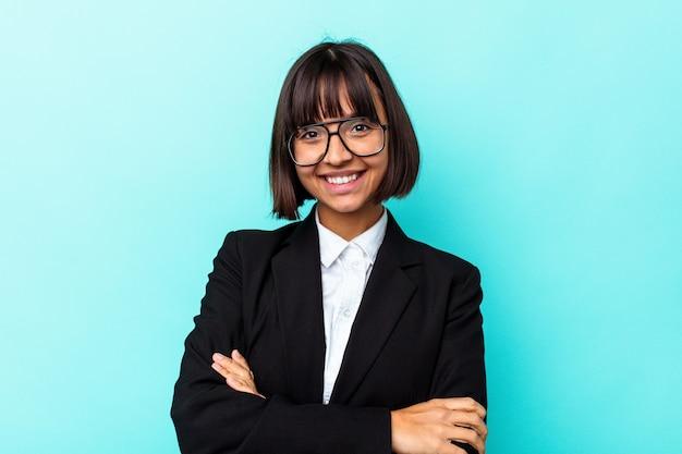 Giovane donna d'affari di razza mista isolata su sfondo blu felice, sorridente e allegra.