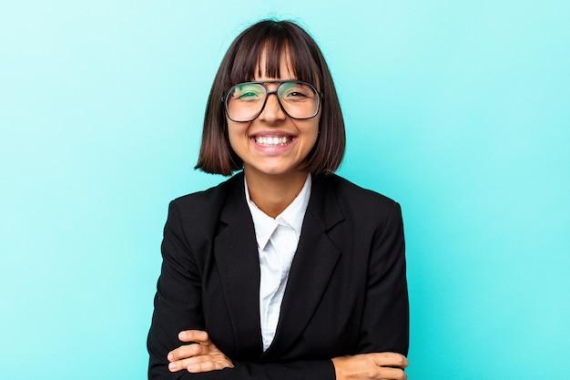 Donna di razza mista giovane impresa isolata su sfondo blu ridendo e divertendosi.