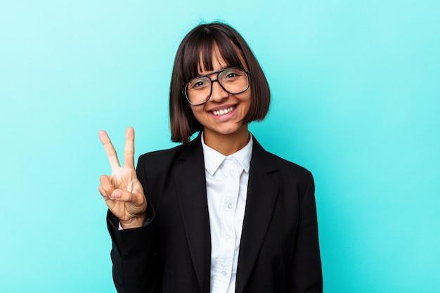 Giovane donna di razza mista d'affari isolata su sfondo blu che mostra il numero due con le dita.