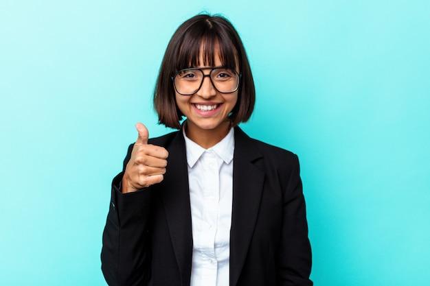 Giovane donna di razza mista d'affari isolata su sfondo blu sorridente e alzando il pollice in su