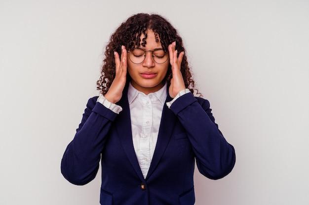 Giovane donna di razza mista d'affari isolata su bianco toccando le tempie e avendo mal di testa.