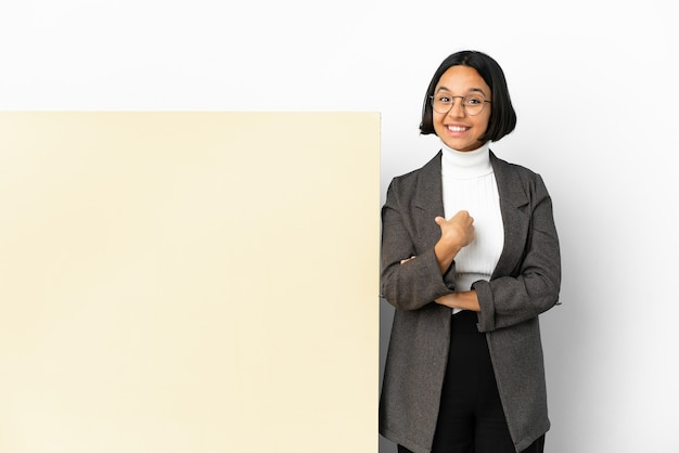 Giovane donna di razza mista d'affari con un grande sfondo isolato banner con espressione facciale a sorpresa