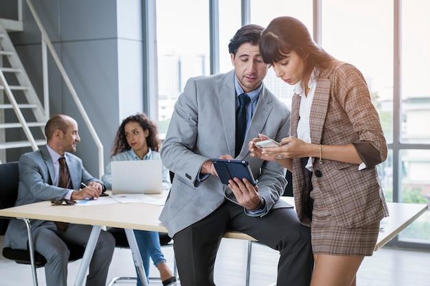 Un giovane uomo d'affari che discute e fa brainstorming in un ufficio moderno