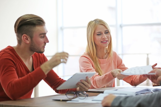 Giovani imprenditori che parlano di un nuovo progetto in una sala conferenze