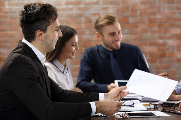 Giovani imprenditori che parlano di un nuovo progetto nel corso della riunione in una sala conferenze