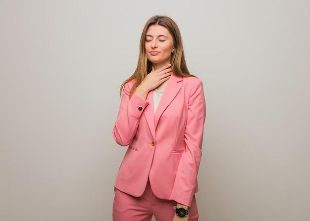 Giovane donna russa di affari che tossisce, malata a causa di un virus o infezione