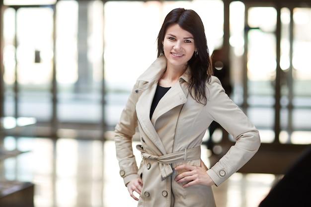 Giovane donna d'affari sullo sfondo dell'ufficio. uomini d'affari