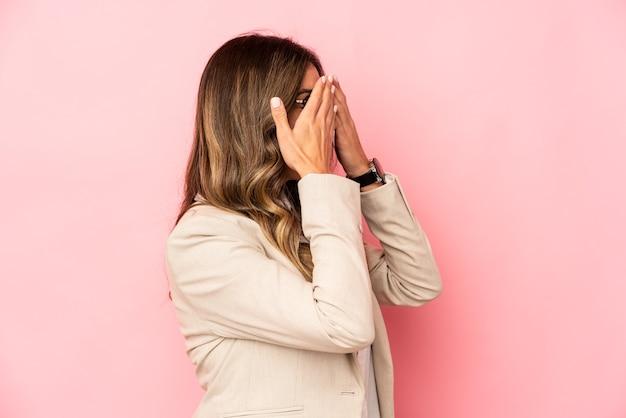 Giovane donna di affari che esprime emozioni isolate
