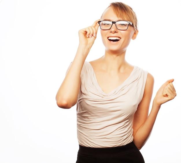 Giovane donna d'affari in bicchieri