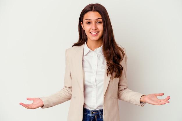 Giovane donna di affari isolata sulla parete bianca che mostra un'espressione benvenuta