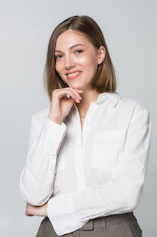 Pensiero della donna di affari giovane isolato su bianco