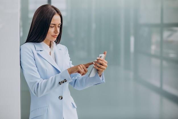 Giovane donna d'affari che utilizza il telefono cellulare