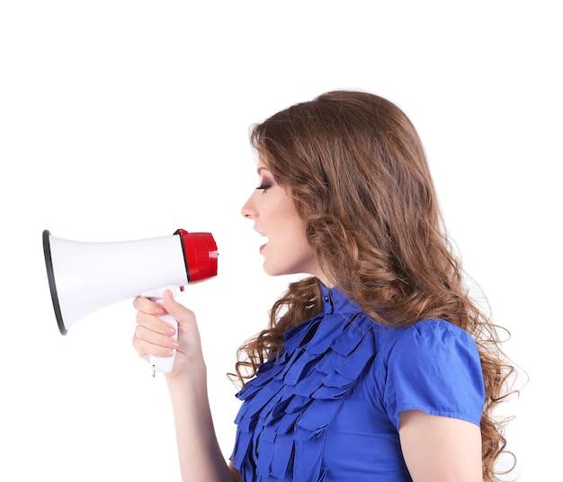 Giovane donna d'affari con il megafono isolato su bianco