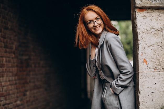 Giovane donna d'affari con i capelli rossi all'aperto