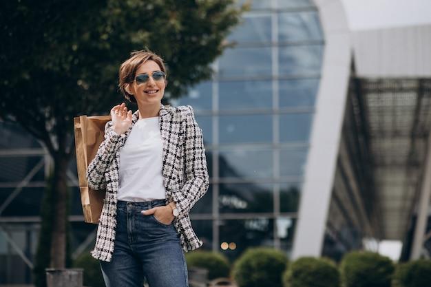 Giovane donna d'affari con borsa della spesa