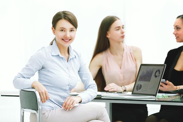 Giovane donna di affari che lavora con i dati di marketing in ufficio