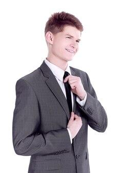 Giovane uomo d'affari che adegua la sua cravatta.