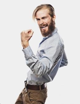 Giovane uomo d'affari che celebra il suo successo su sfondo bianco