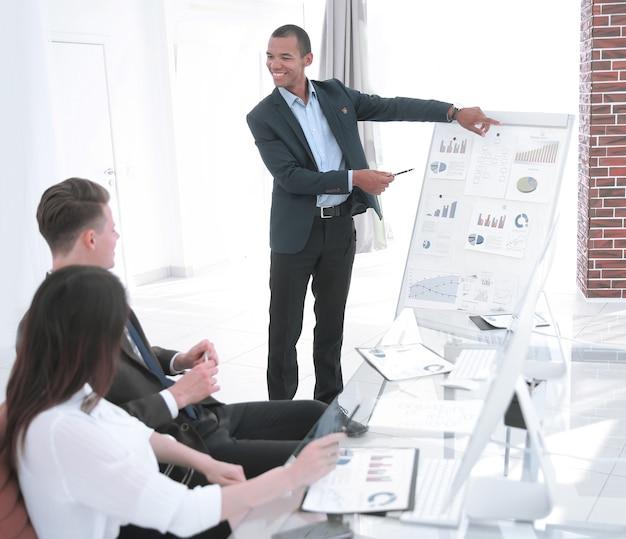 Giovane uomo d'affari che fa relazione alla presentazione aziendale