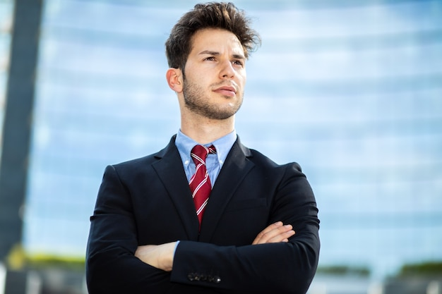 Giovane imprenditore all'aperto in un ambiente moderno