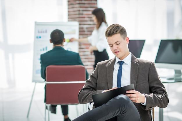 Giovane uomo d'affari che prepara per una presentazione aziendale
