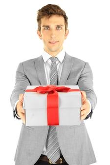 Contenitore di regalo attuale del giovane uomo d'affari, isolato su bianco