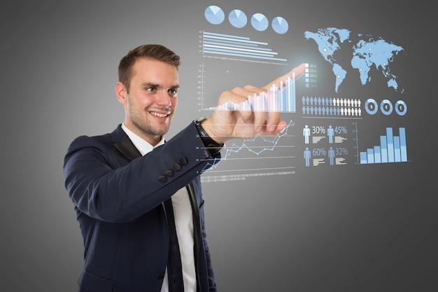 Giovane uomo d'affari che spinge allo schermo virtuale