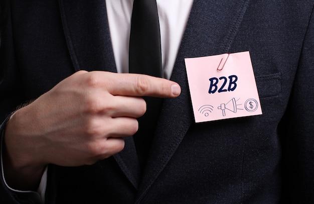 Il giovane uomo d'affari mostra la parola b2b