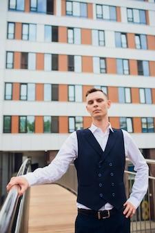 Giovane imprenditore su sfondo di grattacieli