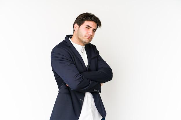 Giovane imprenditore sospettoso, incerto, esaminandoti.