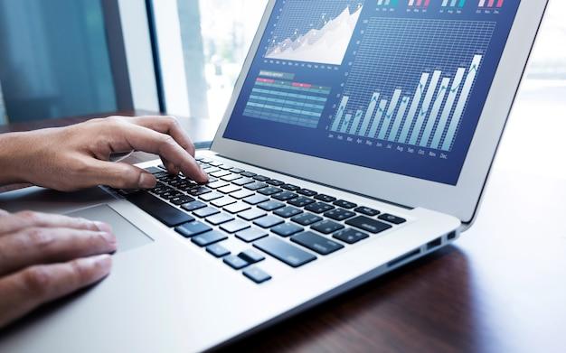Giovane imprenditore utilizzando laptop come stile di vita tecnologico