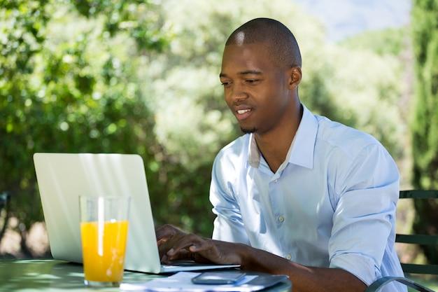 Giovane imprenditore utilizzando laptop al ristorante