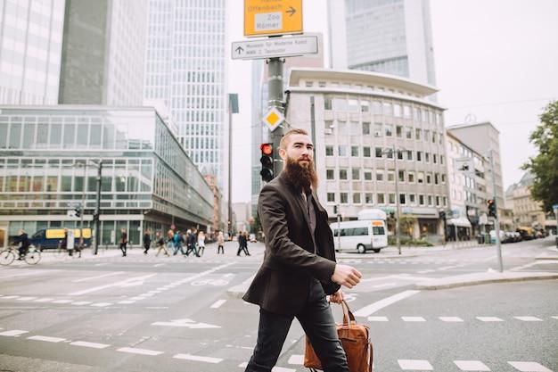 Giovane uomo d'affari con la barba in città