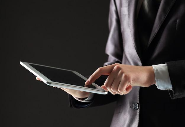 Giovane uomo d'affari che lavora con dispositivi moderni, computer tablet digitale e telefono cellulare